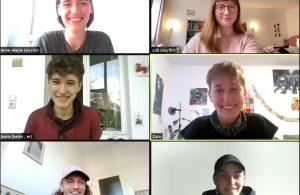 Sechs Menschen lachen aus sechs zoom-Kacheln in die Kamera. Linke Spalte: Anne-Marie, Jamie, Lucas; Rechte Spalte: Lilli, Caro, Tomke.